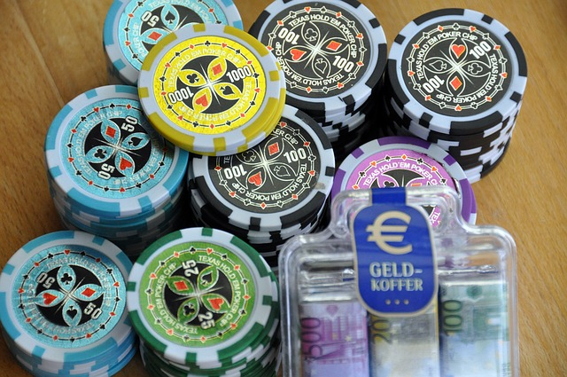 Casino Spielchips liegen auf einem Tisch
