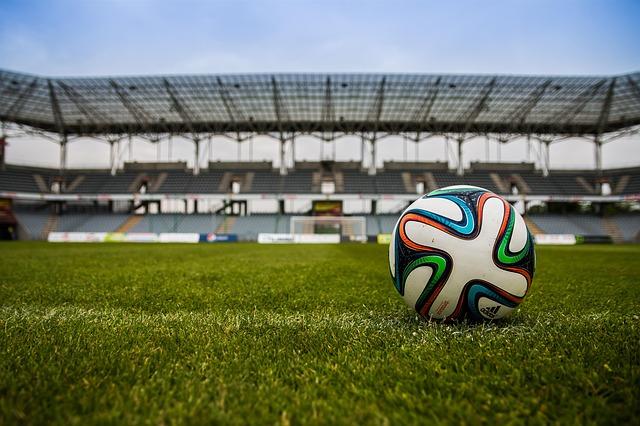 Ball liegt auf dem Rasen im Stadion