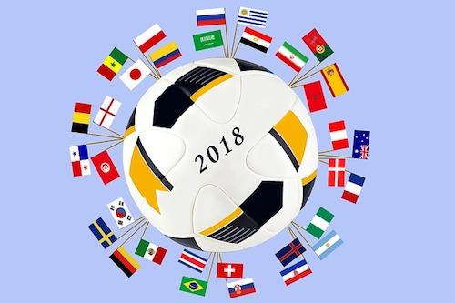 Fussball mit den Flaggen der Teilnehmer zur Fussball Weltmeisterschaft 2018