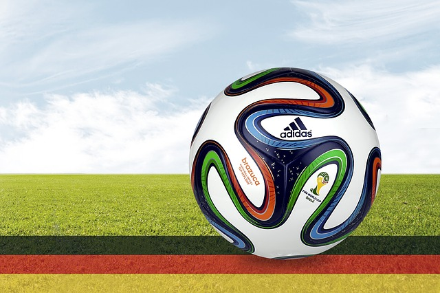 Farbenblindheit: Fußball auf schwarz rot goldenen Streifen liegend