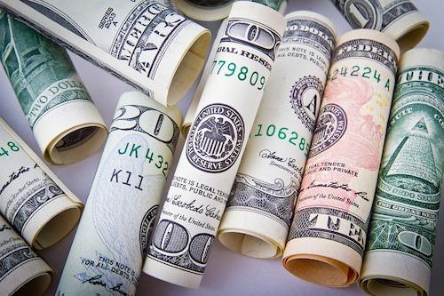 Verschiedene Dollarnoten als Symbolisierung zum Geld verdienen mit Sportwetten