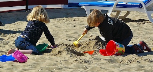 Kinder spielen im Sandkasten